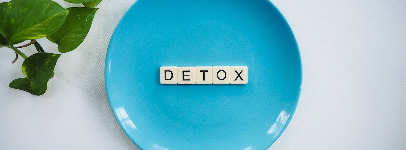 Blue plate with word 'Detox' in scrabble letters