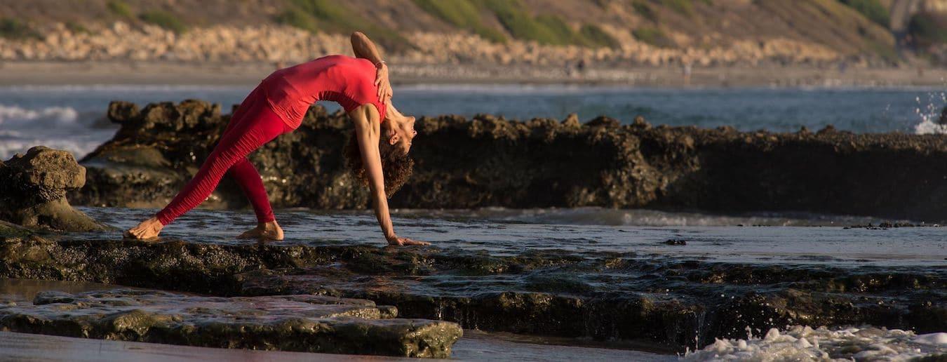 Desirée Rumbaugh in Yogapose Wild Thing am Meer
